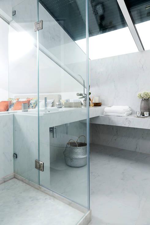 CASA DE BANHO SOTÃO ESTORIL: Casas de banho modernas por TGV Interiores