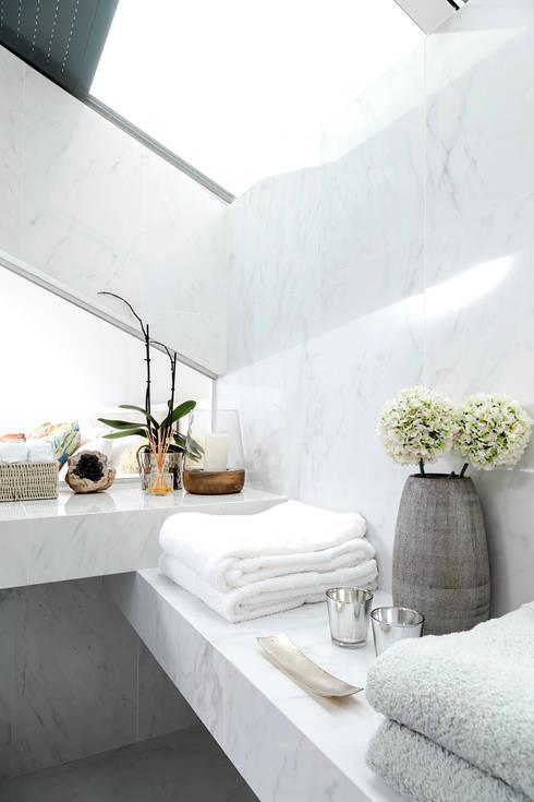 PORMENOR CASA DE BANHO SOTÃO ESTORIL: Casas de banho modernas por TGV Interiores