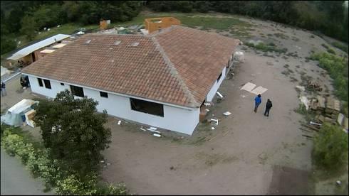 vista dron: Casas de estilo rural por ATELIER3
