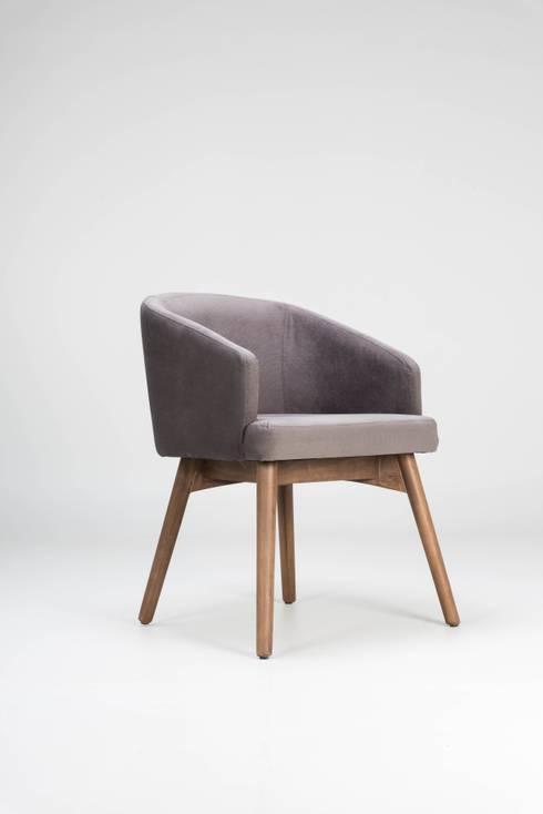 Silla de madera y tela Reunión: Salas de estilo moderno por TRRA