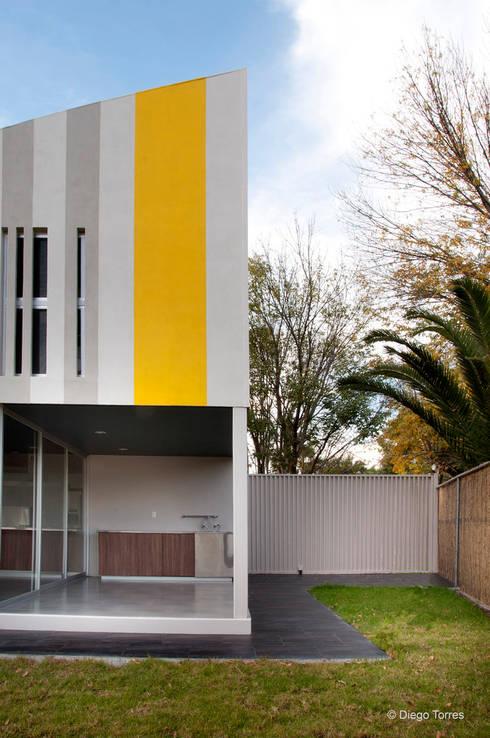 Huit House: Condominios de estilo  por tactic-a