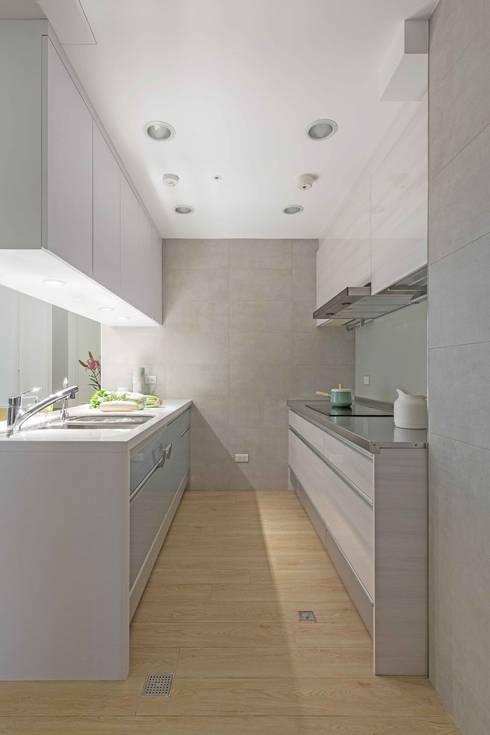 五彩法式:  廚房 by 文儀室內裝修設計有限公司