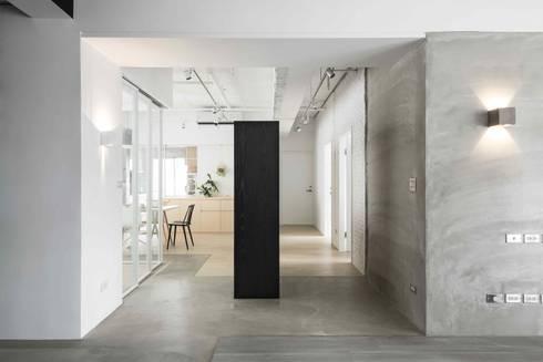 放。鬆宅 :  走廊 & 玄關 by 文儀室內裝修設計有限公司