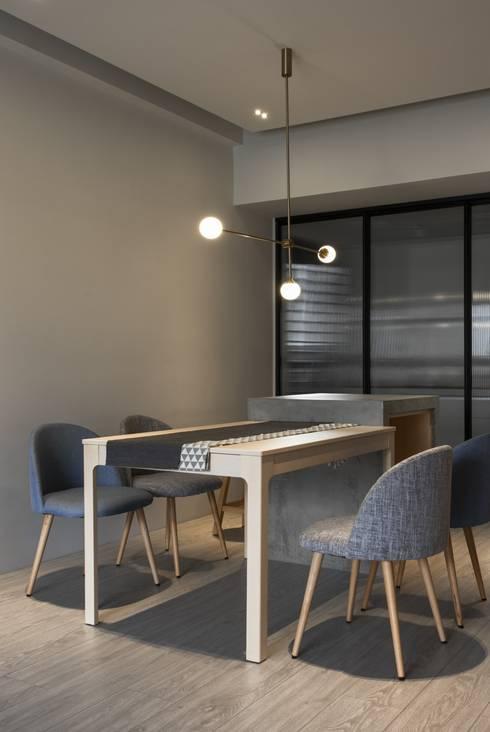 Dining room:  餐廳 by 湜湜空間設計