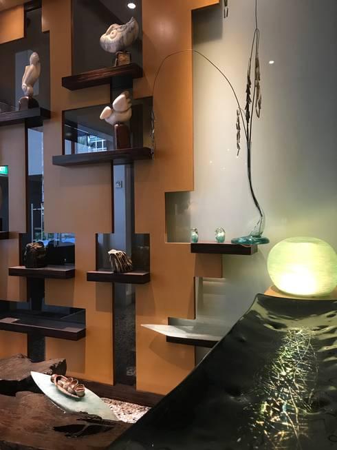 Artistic Display: modern Living room by FINE ART LIVING PTE LTD