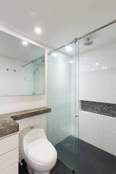 97-11A: Baños de estilo moderno por ARCE S.A.S