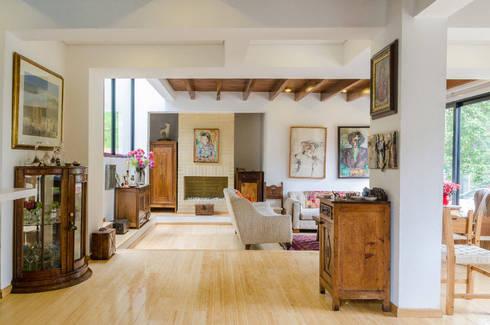 Casa El Abra: Pasillos y vestíbulos de estilo  por ARCE S.A.S
