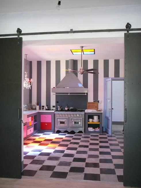 COCINA MUY DIVERTIDA: Cocinas a medida  de estilo  por Estudio Dillon Terzaghi Arquitectura