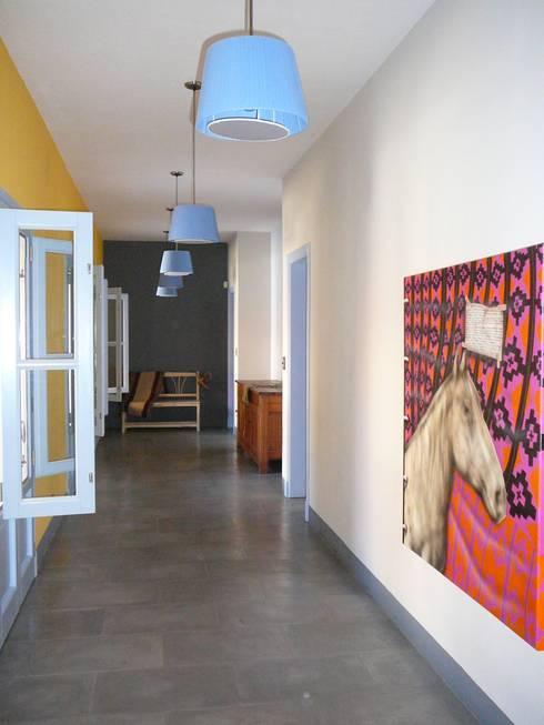 PASILLO ALREDEDOR DEL PATIO: Pasillos y recibidores de estilo  por Estudio Dillon Terzaghi Arquitectura