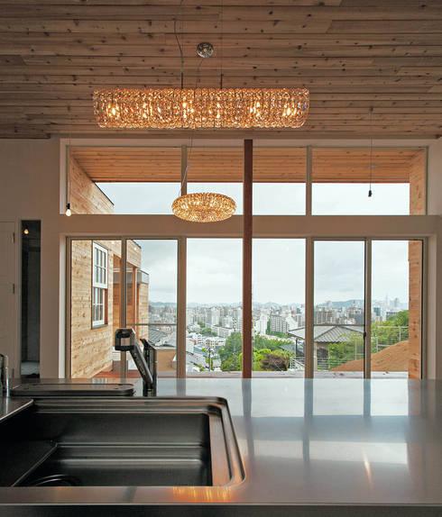 キッチンからの眺望: MAアーキテクト一級建築士事務所が手掛けたシステムキッチンです。