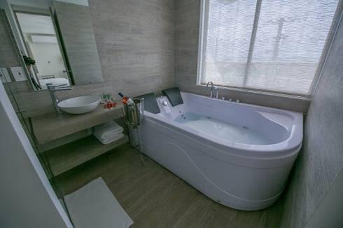 baño: Baños de estilo moderno por construcciones y soluciones integrales s.a.s