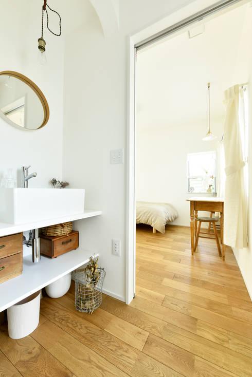 便利な洗面スペース: タイコーアーキテクトが手掛けた寝室です。