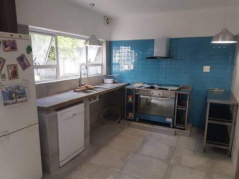 Kitchen renovation in Silverlakes Estate Pretoria East:   by PTA Builders And Renovators