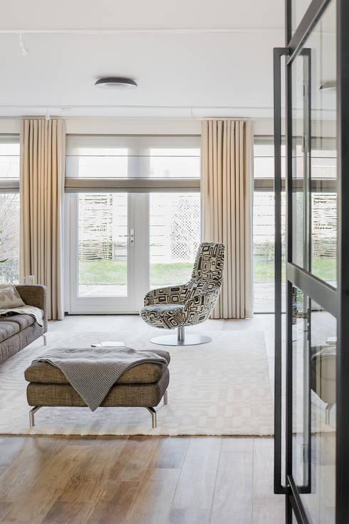lichte woonkamer en raamdecoratie:  Woonkamer door Stefania Rastellino interior design