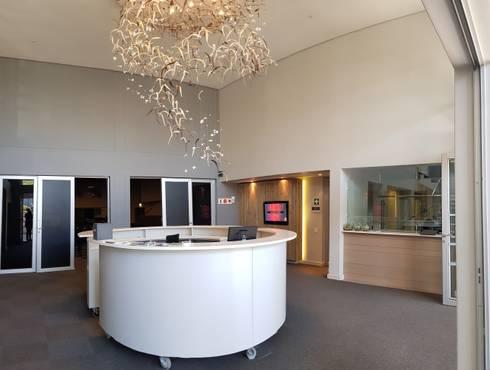 Foyer:  Corridor & hallway by JFS Interiors