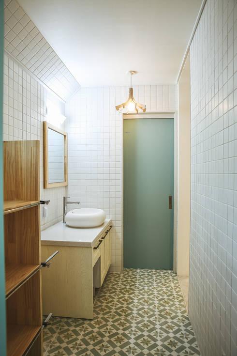 Tree_BOX: AAPA건축사사무소의  욕실