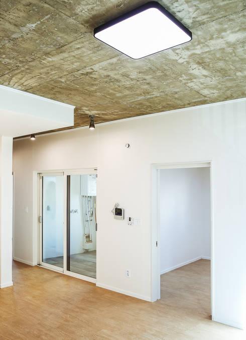 Tree_BOX: AAPA건축사사무소의  거실