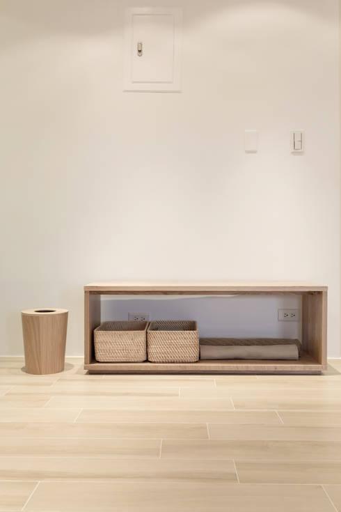 無印良品。輕暖宅:  走廊 & 玄關 by 文儀室內裝修設計有限公司