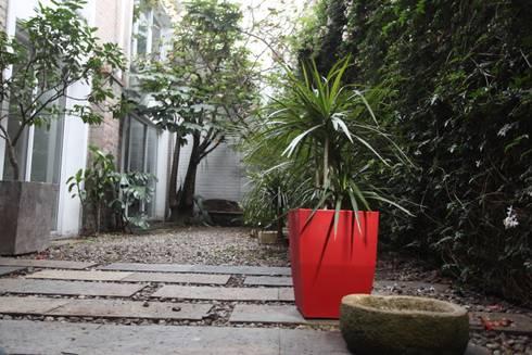 Matera 40cm color Rojo: Balcones y terrazas de estilo  por Viridis Productos Eco Amigables