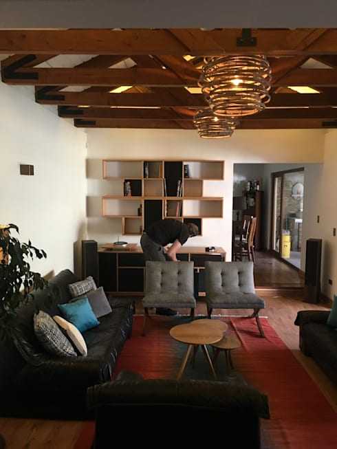 Living Familiar  Chicureo: Sala multimedia de estilo  por Kaa Interior