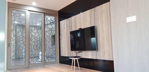 電視牆-烤漆玻璃搭配系統板材:  客廳 by 懷謙建設有限公司