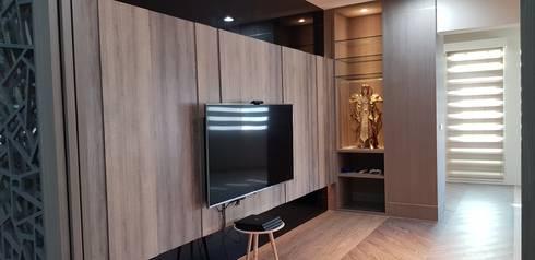 電視牆造型:  客廳 by 懷謙建設有限公司