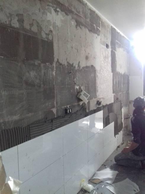 Colocación de nuevas terminaciones en muros: Cocinas de estilo moderno por Tu Obra Maestra