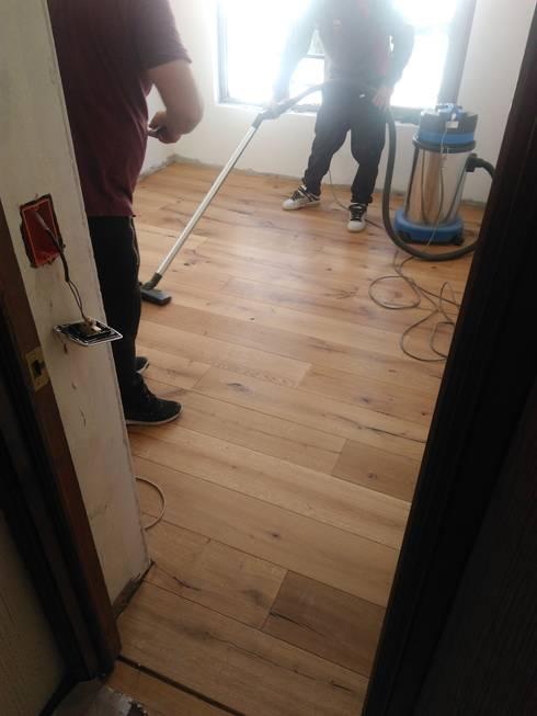 Nuevo piso de ingeniería de madera flotante : Pisos de estilo  por Tu Obra Maestra