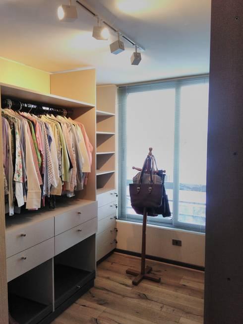 Cajones, repisas y tubos de guindar : Walk in closet de estilo  por Tu Obra Maestra