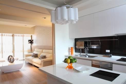 新竹經國路:  客廳 by 築采設計 - Leve Interior Architects