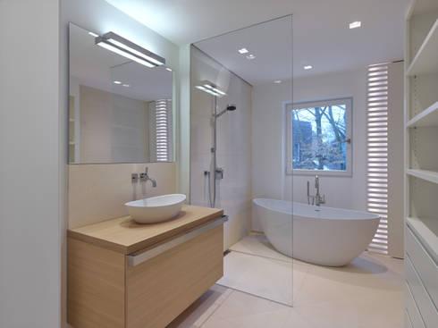 Bad mit Wohlfühlcharakter: moderne Badezimmer von Koitka Innenausbau GmbH