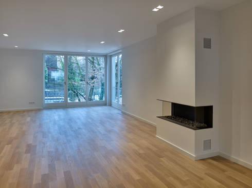 Unendliche Leichtigkeit : moderne Wohnzimmer von Koitka Innenausbau GmbH
