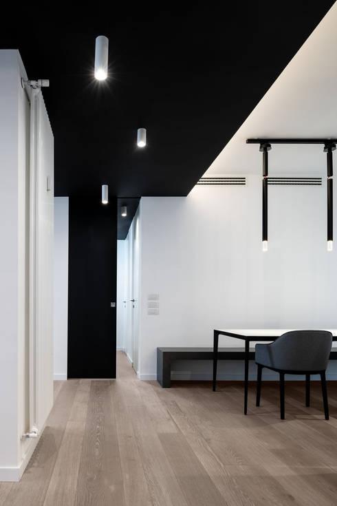 Pasillos y vestíbulos de estilo  por Patrizia Burato Architetto
