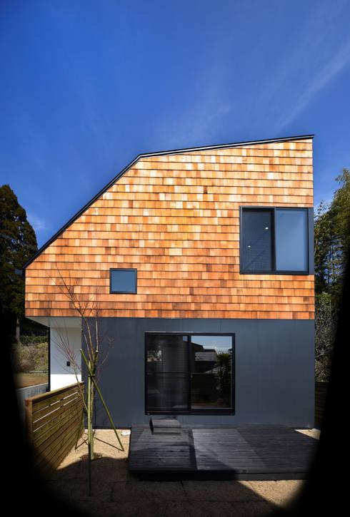 ランダムな木の表情が際立つ外観: BDA.T / ボーダレスドローが手掛けた家です。
