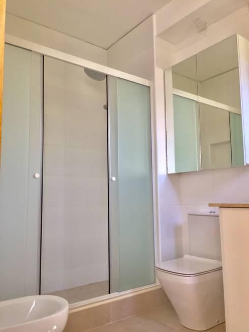 Vista 1: Baños de estilo moderno por balConcept