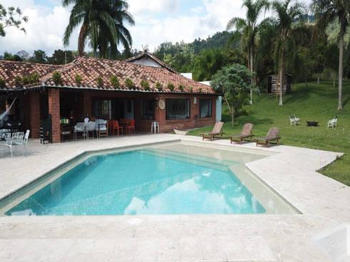PISCINA FELIPE ARISTIZABAL - AMAGA ANTIOQUIA: Piscinas de jardín de estilo  por Premier Pools S.A.S.