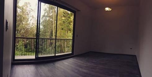 CASA AV: Dormitorios de estilo moderno por Manuel Herrera