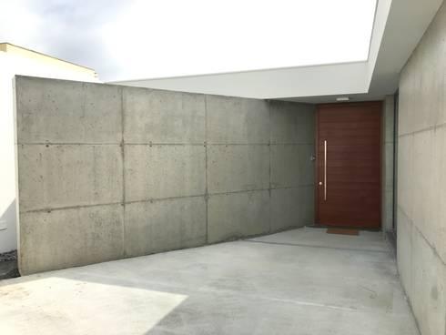Casa na Lagoa:   por TOPcasas Construction Management Portugal