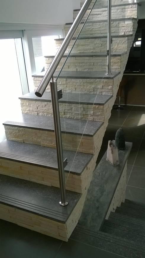 Escada com Pedra Decorativa: Escadas  por Rebello Pedras Decorativas