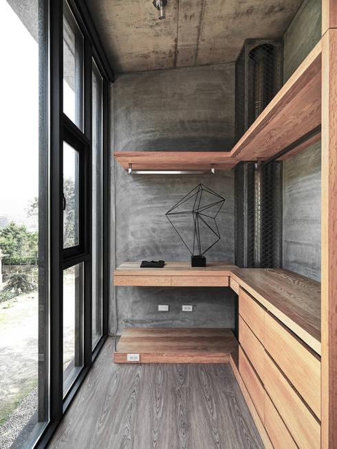 關西杜宅:  更衣室 by 形構設計 Morpho-Design