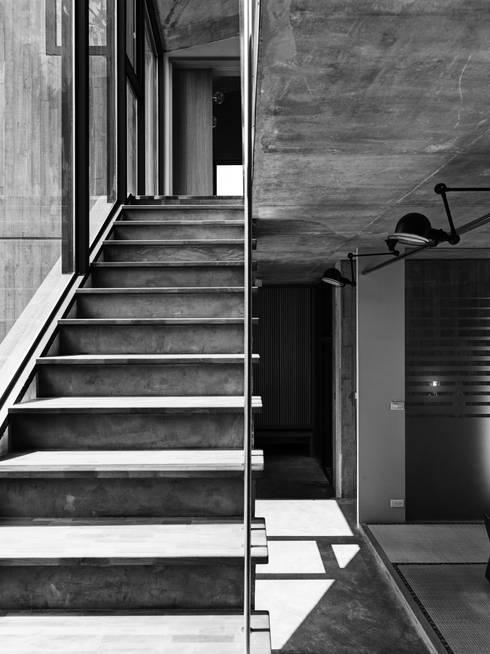 關西杜宅:  樓梯 by 形構設計 Morpho-Design