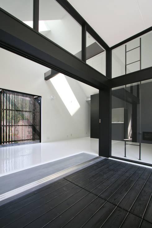 リビング前にひろがる玄関スペース: 石川淳建築設計事務所が手掛けた廊下 & 玄関です。