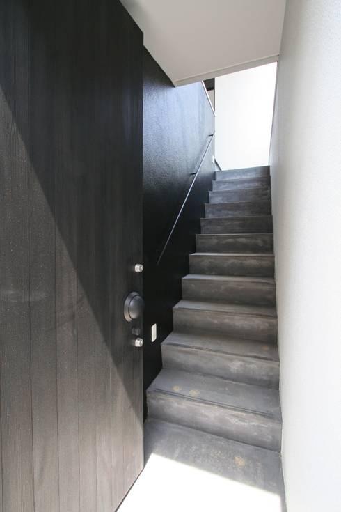 玄関へのドア: 石川淳建築設計事務所が手掛けた廊下 & 玄関です。