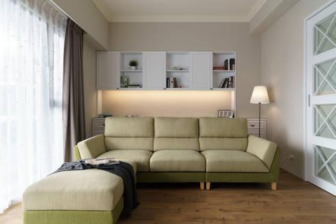 Residence   Pingtung 萬吉 孫宅:  客廳 by E&K宜客設計