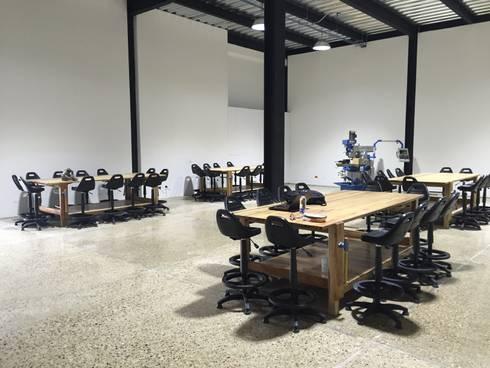 Laboratorios de Ingeniería Fab Lab Universidad de la Sabana: Bodegas de estilo industrial por Corte Verde SAS