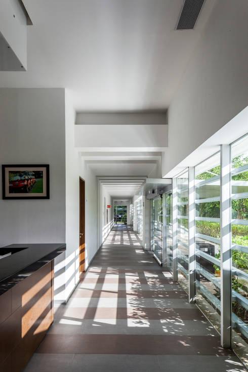 casa club de golf grand coral riviera maya: Pasillos y recibidores de estilo  por studio arquitectura   Despacho de arquitectos   Cancún