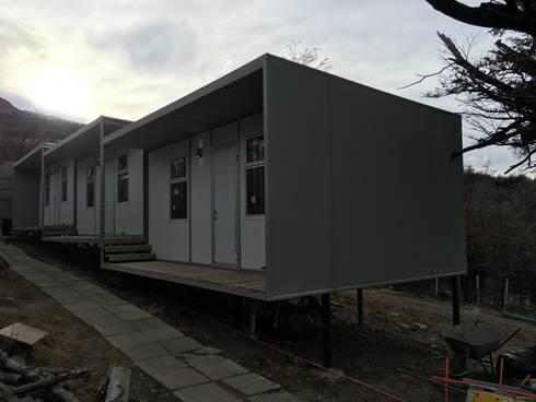 Modulos Prefabricados Staff Hotel Awasi Patagonia: Dormitorios de estilo industrial por m2 estudio arquitectos