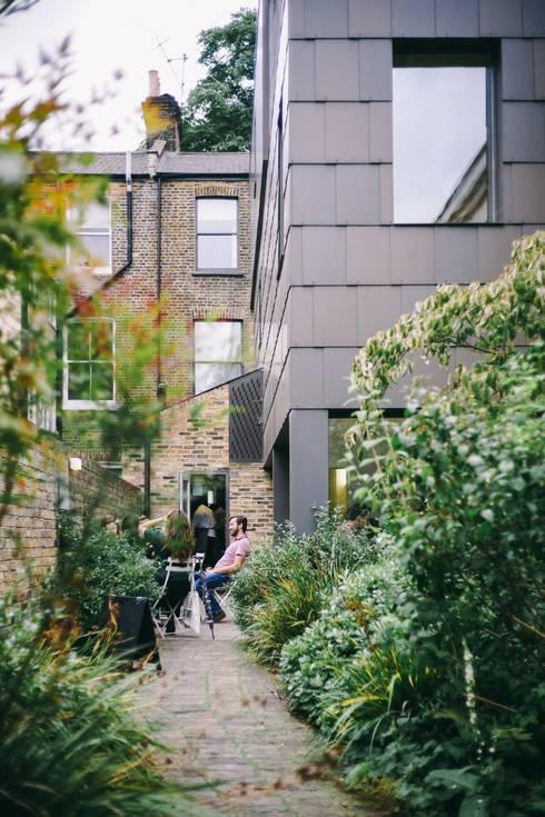 Backyard: modern Garden by Smth Co