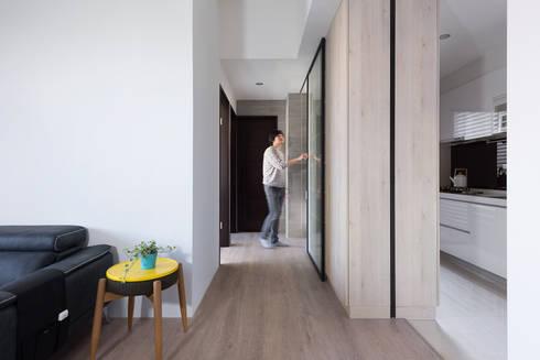 H residence:  走廊 & 玄關 by Fu design