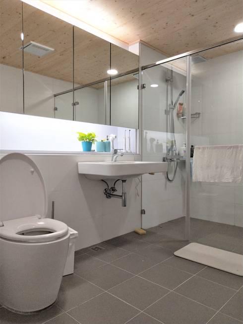 折紙居 II 白廊:  浴室 by 喬克諾空間設計